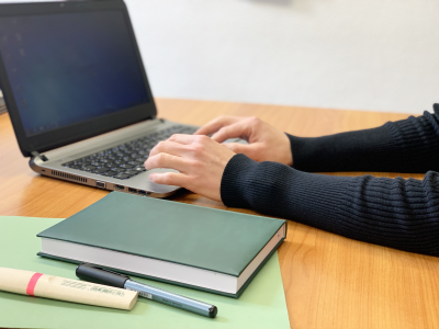 Foto zur Meldung: Landkreis verleiht Laptops an Schülerinnen und Schüler