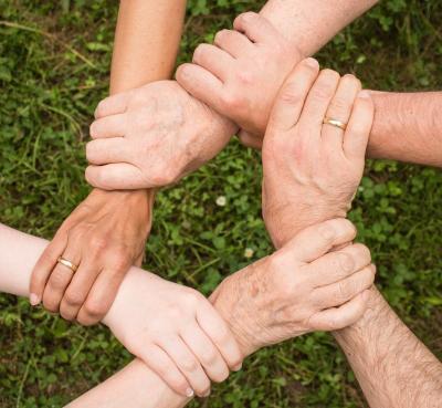 Foto zur Meldung: Hand in Hand - Ehrenamtliche für die Begleitung junger Familien gesucht