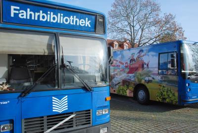 Presseinformation Nr. 2021/03/06 - Die großen Blauen rollen wieder - Busse der Fahrbibliothek des Landkreises Elbe-Elster ab sofort wieder auf Tour