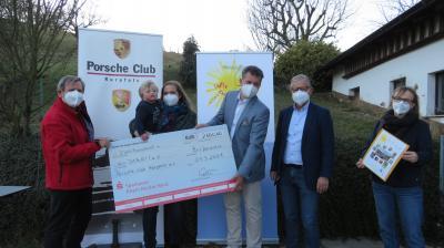 Das Foto zeigt (von links) Frieder Schmitz, Simone und Levin Mayer, Dr. Harald Huber, Dr. Thomas Pultar und Alexandra Christmann
