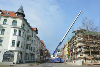 Per Kran wurde der Aufzugsschacht für die Goethestraße 4 eingebracht I Foto: Martin Ferch