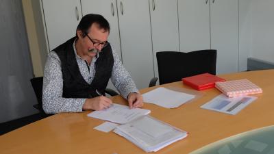 46 Gesellenbriefe und 46 Prüfungszeugnisse unterschreibt Ralf Niggenaber, Lehrlingswart und Vorsitzender des Gesellenprüfungsausschusses der Zahntechniker-Innung Münster, nach der diesjährigen Gesellenprüfung.