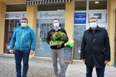 Thomas Schneider vom Wittenberger Interessenring (I) und Bürgermeister Dr. Oliver Hermann (r) gratulierten Ronny Höger vor dem neuen Geschäft in der Bahnstraße I Foto: Martin Ferch