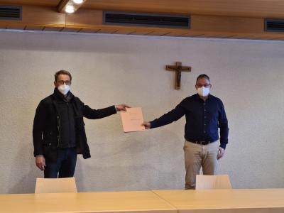 Bürgermeister Josef Gais und Norbert Fuchs bei der Übergabe der Unterschriftenliste