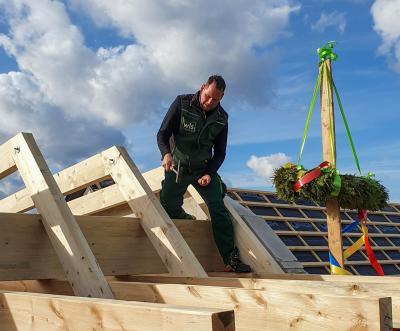 Foto: Den symbolisch letzten Nagel versenkte WIS-Hausmeister Mario Dietz. (Bildrechte: WIS Wohnungsbaugesellschaft im Spreewald mbH)