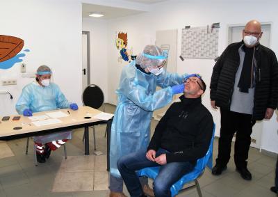 Amtsdirektor David Kaluza ließ sich als einer der ersten Bürger in der neuen Test-Stelle testen.