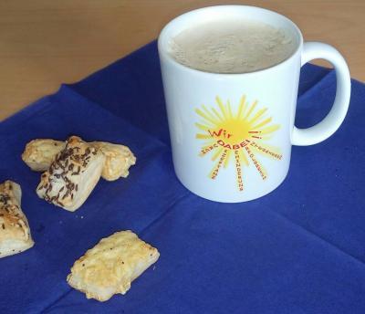 Das Foto zeigt eine Kaffee-Tasse von Wir DABEI!