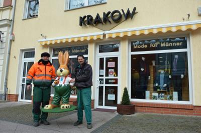 Peter Perske (I) und Peter Koch vom Stadtbetriebshof stellten die Osterhasen auf  I Foto: Martin Ferch