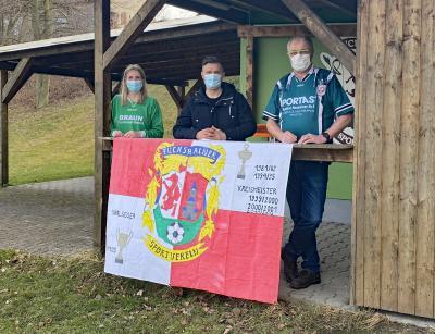 Vereinschef Holger Uhlrich, Vize Sebastian Diebel und Bürgermeisterin Anna-Luise Conrad vor dem Sportlerheim in Fuchshain