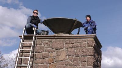 Foto zur Meldung: Feuerschale wieder auf dem Denkmal im Schlosspark Lauchhammer