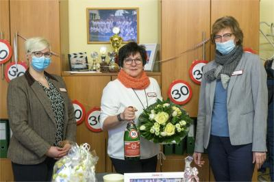 Karin Dahse, Pflegedienstleiterin bei der AWO Prignitz (2. v. l.) zwischen den beiden Geschäftsführerinnen der AWO Prignitz Marena Hirsekorn und Heike Schulz