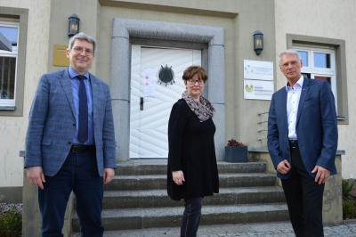 Dr. Oliver Hermann mit Dörte Zalud und Wolfram Kopietz von der Deutschen Vermögensberatung in Wittenberge I Foto: Martin Ferch