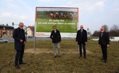 Thomas Braune, Chef Landesmarketing, Rennbahneigner Gerhard Schöningh sowie Bürgermeister Sven Siebert und sein Amtsvorgänger Karsten Knobbe (v. l.)