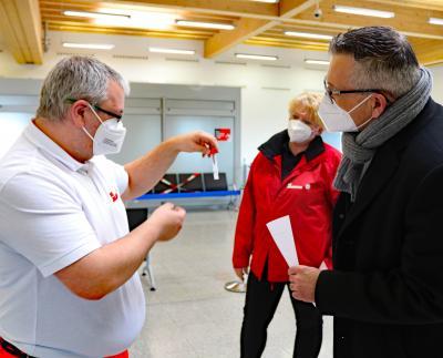 Vizelandrat Andreas Siebert (rechts) im Gespräch mit Alexandra Wachtel und Dominique Erhardt vom Testzentrum am Airport Calden