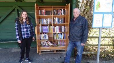 Melanie Klose mit Vater Manfred neben dem Bücherschrank in der Ahmstorfer Bushaltestelle. (Bild: Melanie Klose)
