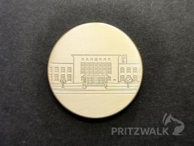 Das Motiv auf der April-Medaille ist der Pritzwalker Bahnhof – im Ge-denken an die Explosion am 15. April 1945. Foto: Beate Vogel