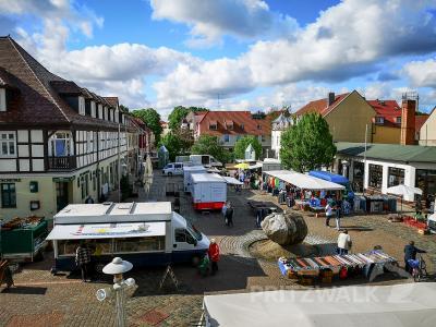 Immer mittwochs und freitags ist auf dem Pritzwalker Marktplatz Markttag. Foto: Beate Vogel