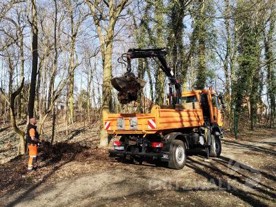 Mit dem neuen Laster mit Ladekran können schwere Materialen leichter verladen werden. Foto: Beate Vogel