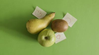 Brine, Apfel und Kiwi auf grünem Untergrund