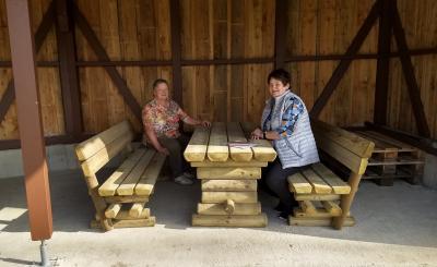 Betty Mendelin und Theresia Rüther testen die neuen Bänke und Tische im Dorfpark.