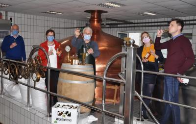 Im Sudhaus der Westheimer Brauerei fand die Probier-Verköstigung mit Moritz und Christina von Twickel sowie Ulrich Klinke, Ilse Klinke und Reinhard Niggemeier vom Heimatverein Bad Wünnenberg statt. Foto: Wieskotten