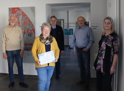 Frau Bischoff bei der Verabschiedung mit ihrer Kollegin Frau Hornung (rechts), ihrem Ehemann und stellvertretendem Vorsitzenden des Burgvereins (links), Bürgermeister Lämmerhirt sowie Burgvereinsvorsitzendem Herrn Martin
