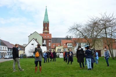 Architektin Wiebke Lemme im Gespräch mit InteressentInnen an der Burgstraße I Foto: Martin Ferch