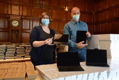Susann Artelt und Martin Schumacher beim Auspacken der mobilen Endgeräte I Foto: Martin Ferch