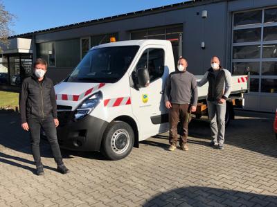 v.l.n.r.: Marco Strack ( Autohaus Strack GmbH ), Maik Illing, Steffen Beck (beide Bauhofmitarbeiter)