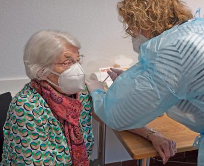 Ärztin Melanie Mies spritzt einer Patientin eine der ersten Impfdosen, die die Praxis für Allgemeinmedizin im MVZ Westheim seit dieser Woche regelmäßig verabreichen darf.