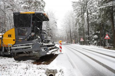 Schneefall und zu niedrige Temperaturen verzögern die Asphaltierungsarbeiten auf der Staatsstraße 2126 zwischen Reichenbach und Außernzell.