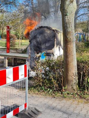 B1.2 Kleidercontainer brennt am Dinoland