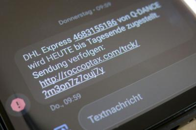 Wer eine solche oder ähnliche SMS von einer unbekannten Handynummer erhält, sollte diese sofort löschen. Foto: Stadt Calau / Jan Hornhauer