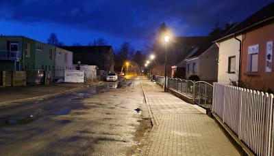 Küstriner Straße gut beleuchtet: Neubau der Straßenbeleuchtung jetzt abgeschlossen