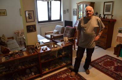 Der edle Spender: M. Neumann aus Koblenz im heimischen Studierzimmer