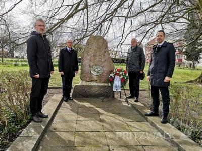 Rüdiger Kurtz, Dr. Ronald Thiel, Dr. Wolfgang Simon und Lars Schladitz (v.l.) am Gedenkstein für die Opfer der Bahnhofskatastrophe im April 1945. Foto: Beate Vogel