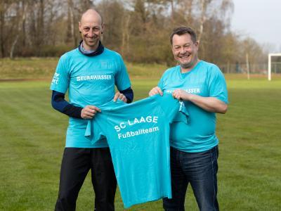 Das Foto zeigt Marcel Raith (li.) und Raimo Bahr in und mit den neuen Shirts. Foto: Ralf Sawacki