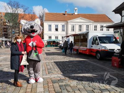 Zum ersten PriMa-Treff begrüßte Willy Wolf zusammen mit Sarah Schütte vom Citybüro Händler und Marktbesucher. Foto: Beate Vogel