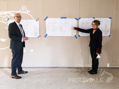 Schulleiterin Annerose Fromke erläutert Bürgermeister Dr. Ronald Thiel die Pläne für das erste Domizil der Evangelischen Schule in Pritzwalk. Foto: Beate Vogel