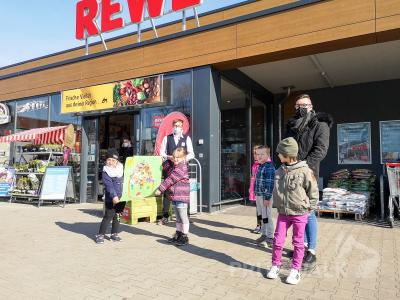 """Die Kinder aus der Kita """"Tausendfüßler"""" bedankten sich mit einem Plakat für die Unterstützung beim Projekt """"Gesunde Ernährung"""" bei Thomas Rippel (ganz hinten). Foto: Beate Vogel"""