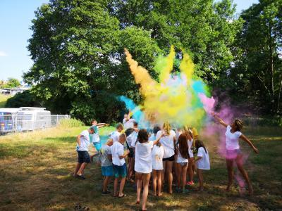Stadt Perleberg | Farbennachmittag: Jugendliche hatten viel Spaß mit den farbenfrohen Pulver.