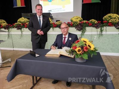 Bürgermeister Dr. Ronald Thiel trug im Beisein von André Wiese sich beim Treffen zu 30 Jahre Städtepartnerschaft am 3. Oktober 2020 ins Goldene Buch der Stadt Winsen ein. Foto: Beate Vogel