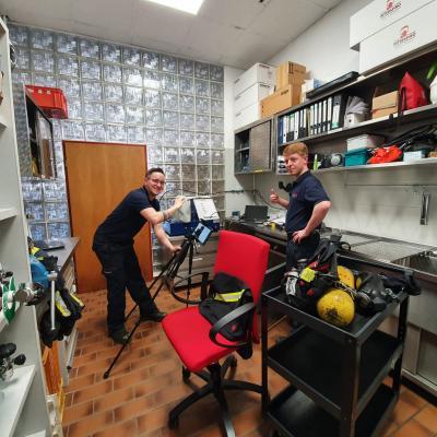 Pierre und Michael in der Atemschutzwerkstatt in Kleinsteinbach beim ersten Online-Übungsabend der Jugendfeuerwehr Pfinztal.