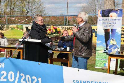 Ehrenvorsitzender Willi Rübke gratuliert Birgit Söder zur Wahl als erste Vorsitzenden