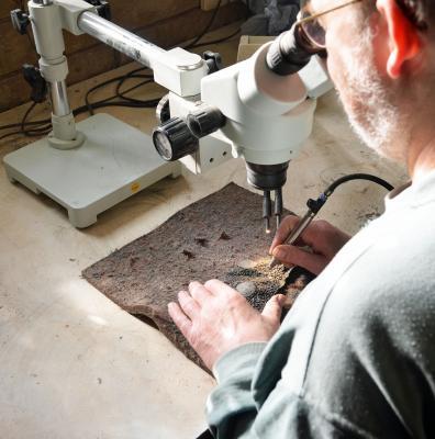 Georg Sommer beim Präparieren des Suhler Saurierschädels