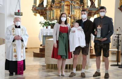 Foto zur Meldung: Taufsakrament für zwei junge Erdenbürger gespendet