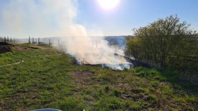 Flächenbrand entlang des Bahndamm