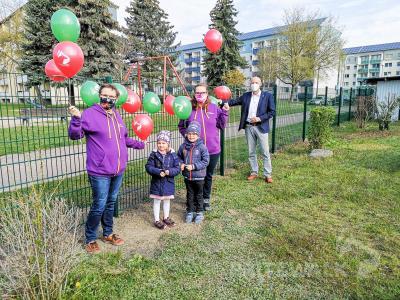 Bürgermeister Dr. Ronald Thiel (r.) übergibt Kita-Leiterin Kornelia Saß (l.) in ganz kleiner Runde den  Zaun. Foto: Beate Vogel
