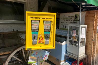 Auf dem Grundstück des Weinberghofs Schmitt in Hochstadt steht ab sofort ein Bienenfutter-Automat. Dort lassen sich Kapseln mit Blumensamen für mehr Blühvielfalt im eigenen Garten oder auf dem Balkon ziehen. Foto: Stadt Maintal