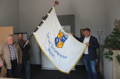 Bürgermeister erhält Traditionsfahne des ehemaligen TSG Wriezen e.V.